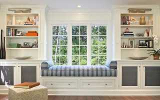 Шкаф вокруг окна в комнате со столом